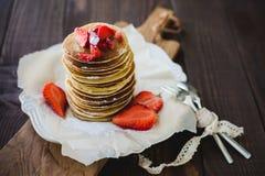 Hög av smakliga pannkakor på trä Royaltyfri Bild
