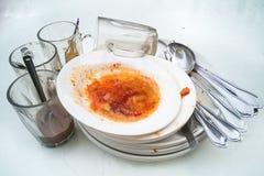 Hög av smutsiga oljiga plattor, exponeringsglas, gaffelskedar efter mål Royaltyfria Bilder