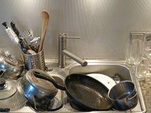 Hög av smutsiga redskap i vasken, slut upp av smutsigt kök royaltyfri fotografi