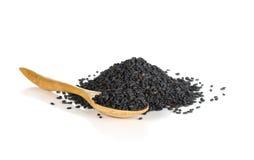 Hög av svart sesam på träskeden Royaltyfri Fotografi