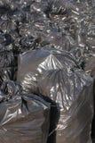 Hög av svarta avskrädepåsar med högar av avfall, lodlinje Royaltyfria Foton