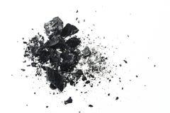 Hög av svarta kolstänger som isoleras på vit bakgrund royaltyfria bilder