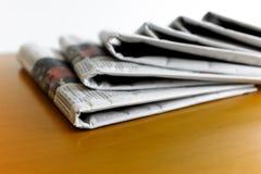 Hög av tidningar på skrivbordet Royaltyfri Fotografi