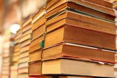 Hög av till salu gamla böcker royaltyfri bild