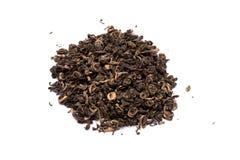 Hög av torkat grönt te som isoleras på vit bakgrund Royaltyfria Foton