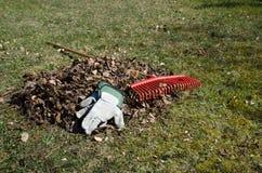 Hög av torra sidor på ett avbrott i trädgården Arkivbild