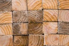 Hög av trä och att visa de sågade kanterna och den mönstrade wood graien Royaltyfri Fotografi