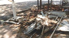 Hög av trä- och metallskräp med torra sidor royaltyfria foton