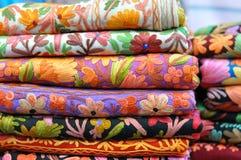 Hög av traditionella färgrika arabiska scarves Royaltyfri Foto