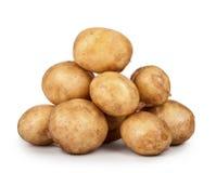Hög av unga potatisar som isoleras på vit bakgrund Royaltyfri Foto