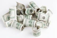 Hög av USD Förenta staternadollar på den vita tabellen Arkivfoton
