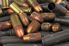Hög av vapenkulor Textur för bakgrund för muff för vapenkassettfall, 7 65 och 9mm Vapenkassettmuffar Vapenkula Royaltyfri Fotografi