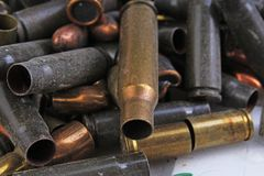 Hög av vapenkulor Textur för bakgrund för muff för vapenkassettfall, 7 65 och 9mm Vapenkassettmuffar Vapenkulmodell c Arkivbilder