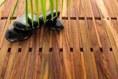 Hög av varma stenar för brunnsort på träbakgrund Arkivfoto