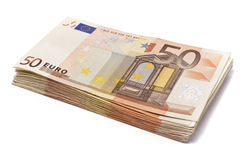 Hög av 50 verkliga euroanmärkningar på vit Royaltyfri Bild