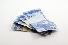 Hög av verkliga två & x28; reais& x29; Brasilianska sedlar Royaltyfri Bild