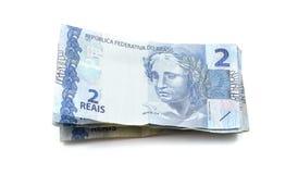 Hög av verkliga två & x28; reais& x29; Brasilianska sedlar Royaltyfria Foton