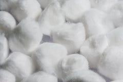 Hög av vita bomullsbollar Arkivbild