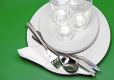 Hög av vitplattor, exponeringsglas, gafflar, skedar. Royaltyfri Fotografi