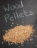 Hög av wood kulor på en svart tavla med ordträkulan Arkivfoto