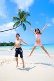 hög banhoppning för strandbarn upp Royaltyfri Bild