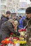 Hög begäran för blommor i anslutning med internationella kvinnors dag på gatorna Arkivfoto