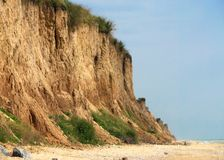 Hög brant klippa på havet royaltyfria bilder
