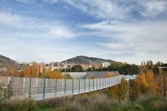 Hög bro i Cuenca med härlig himmel Fotografering för Bildbyråer