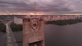 Hög bro med triangulära rep över solnedgången för arty för Dnipro flodiat stock video