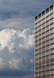 hög bulk cumulus för byggnad arkivbild