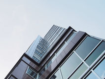 Hög byggnad med klart himmel royaltyfri foto