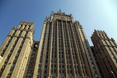 Hög byggnad på den Smolenskaya fyrkanten i Moscow Arkivbild
