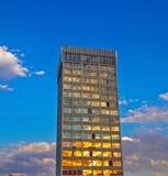 Hög byggnad under solnedgången Royaltyfri Fotografi