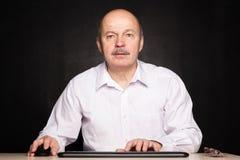 Hög chef i den vita skjortan som är chockad vid vad han såg information Arkivfoto