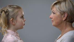 Hög dam som ser lilla flickan, närvarande förgången reflexion, barndomminnen arkivfilmer