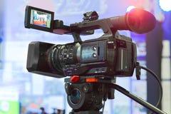 Hög definitionbiokamera på en filmuppsättning arkivbild