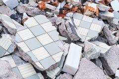 Hög för byggnadsskräp från brutna tegelplattor, tegelstenar och betong royaltyfri foto