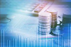 Hög för dubbel exponering av mynt, finansiell graf, materieldiagram Arkivfoton