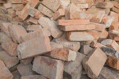 Hög för röda tegelstenar för byggnadskonstruktion Royaltyfria Foton