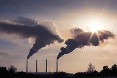 hög förorening från kolkraftväxten rökiga lampglas royaltyfria foton