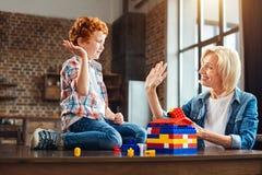 Hög fiving för gladlynta familjemedlemmar, medan spela tillsammans fotografering för bildbyråer