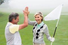 Hög fiving för golfspelpar Fotografering för Bildbyråer