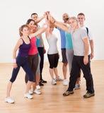 Hög fiving för sunda vänner i idrottshall Royaltyfri Bild