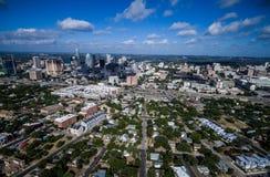 Hög flyg- surrsikt över Austin Texas som ses från öst som ser västra arkivfoton
