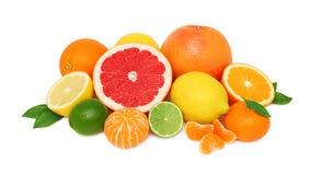 Hög från olika citrusfrukter på vit bakgrund Arkivbilder
