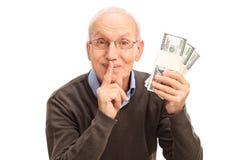 Hög gentleman som rymmer tre buntar av pengar Royaltyfri Fotografi