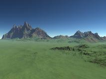 Hög grön kulle med berg Arkivfoton