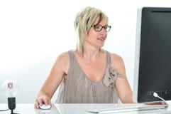 Hög härlig ung kvinna som arbetar på kontoret med datoren Royaltyfri Bild