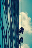 Hög-höjd arbete på en skyskrapa Royaltyfri Fotografi