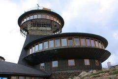 Hög-höjd meteorologisk observatorium på den ÅšnieÅ ¼kaen det högsta maximumet av Karkonoszen och de hela Sudety bergen, Polen - Royaltyfria Foton